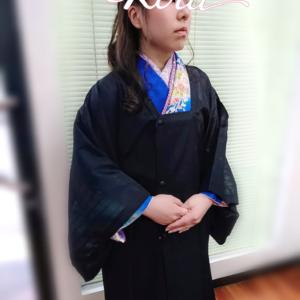 こんにちは✨ リリー美容室です😌💓 卒業袴今年は これで最後👍✨ ヘアスタイルに リボン🎀をしました✨✨ 皆さん 女性が羽織っているのを ご存知ですか?✨ 着物、袴の合羽(カッパ) です👘 合羽には ワンピースタイプと 2部式がございます✨ 写真は2部式で ございます。 一部雨の予報なら 2部式 「午後からは晴れ!」 など という時は 裾部分を途中で 外したり、 出先で降られそうな時は裾だけ携帯したりと、 2部式にも良い点があります。 雨コートとして 着ていても、 雨があがり泥ハネの 心配がなければ…… 裾を外すと 軽快な装いになります。 あと代用できる 物としては 100均などで売っている レインコートを 腰に巻き傘をする と言う方法もございます🙆 今回、大切な卒業式を 手伝わせていただき ありがとうございます♥ 支店@pamahausuririiの お客様も含めて 15人の方の卒業式に 素敵な思い出が できたかなっと 安心しております🙆 写真をバタバタしていて 取れなかったお客様も いますが✨ ありがとうございます✨ 皆様に幸あれ💞 #リリー美容室 #ヘアサロン #名古屋 #名古屋市北区 #名古屋ヘアサロン #名古屋美容室 #名古屋美容院 #名古屋北区サロン #ヘアスタイル #髪型 #小学生 #hairstyle #スタイリング #大人女性 #お洒落さんと繋がりたい #美容師さんと繋がりたい #美容垢さんと繋がりたい #サロンヘア #サロン帰り #卒業式 #ヘアセット #卒業袴 #大学生 #袴 #アットホームサロン #袴ヘア #レインコート #着物着たい #着物 #山野流着装