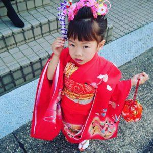七五三は、古来に行われていた3歳「髪置きの儀」、 5歳「袴着(はかまぎ)の儀」、 7歳「帯解(おびとき)の儀」に由来するもので、現在も3歳・5歳・7歳にお祝いをします。
